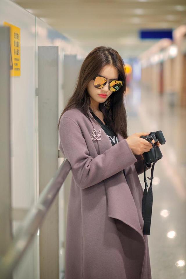 活泼可爱的林允近日现身机场,摇身一变文艺女青年.