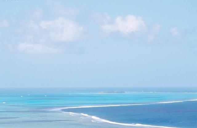 大海在风平浪静的时候就像一面镜子,且还会反光,尤其是遇到海市蜃楼