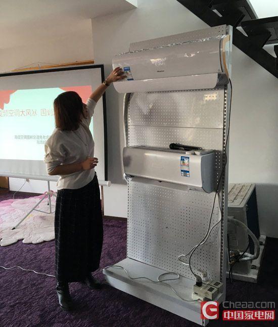海信变频空调讲师为现场的网友讲解海信最新款空调