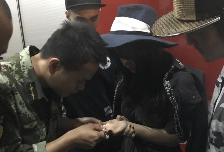 [时讯]:冉莹颖被戒指卡住 附文感谢消防队员帮助解开