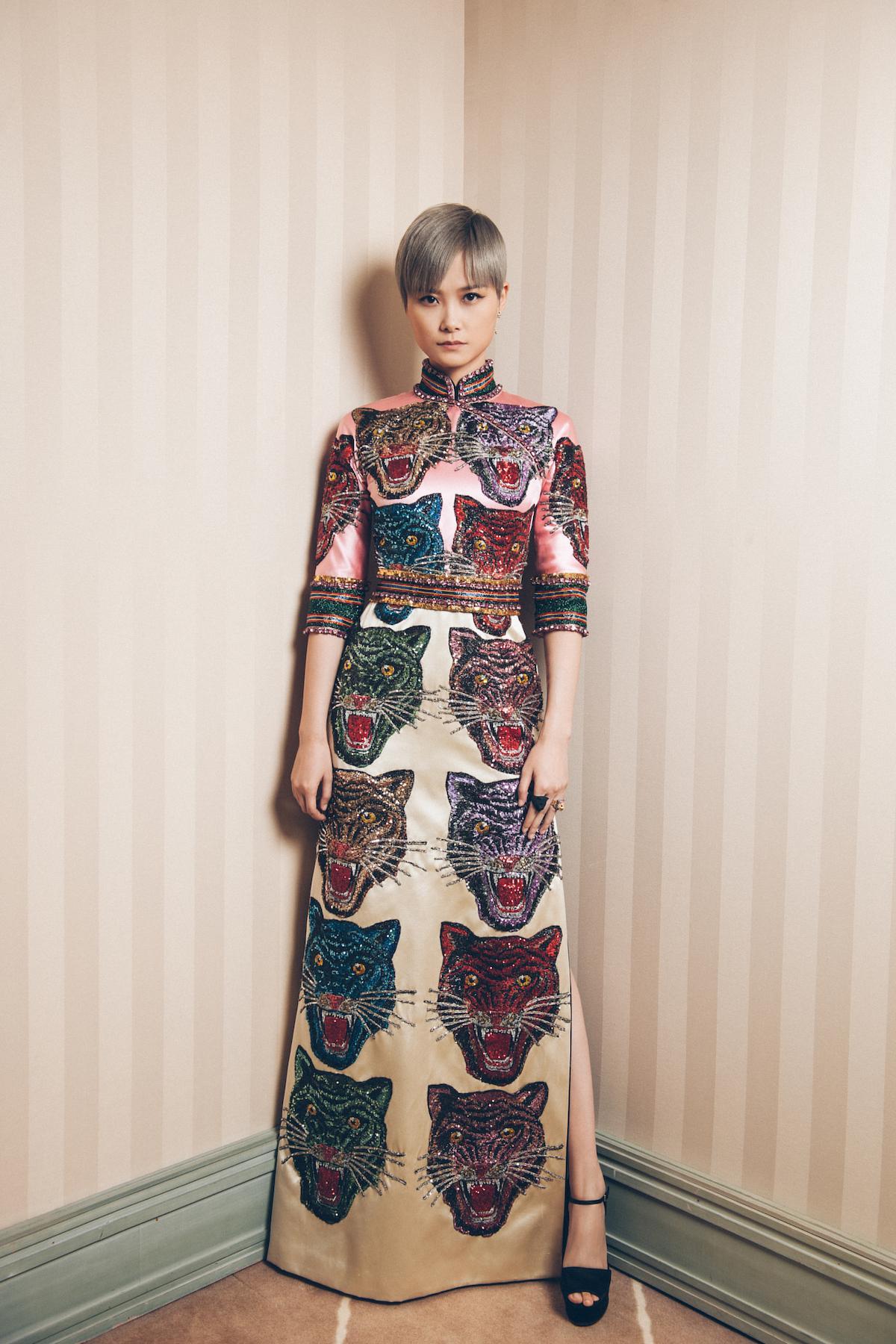 设计师alessandro michele为其特别定制的粉色及白色旗袍式拼接长裙