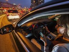 """马自达申请全新专利 竟然给驾驶员""""开车玩手机""""提供便利?"""